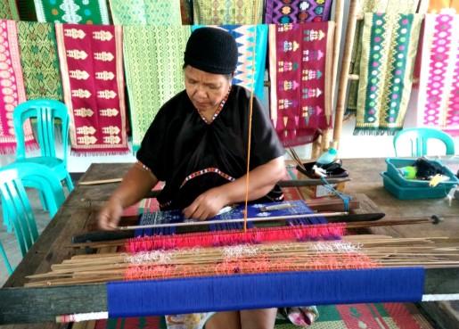 paket-tour-wisata-lombok-desa-tenun-sukarara